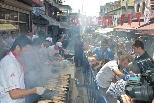 Le festival de balik ekmek d'Eminonu Istanbul